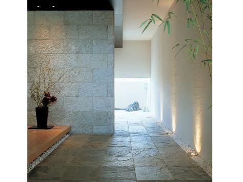 玄関を装飾する石のアクセントウォール イメージ