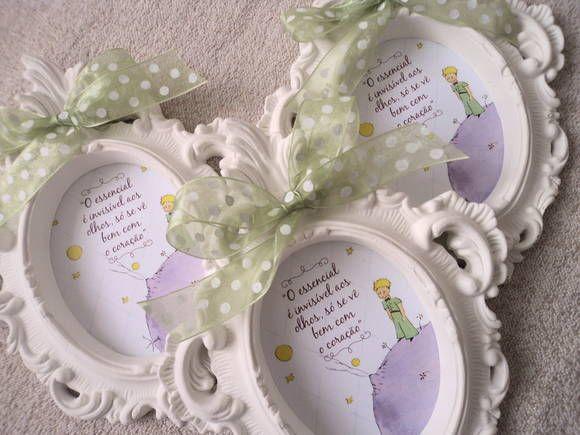 Quadro de maternidade, impresso em alto alvura, personalizável, com moldura em gesso branco e acabamento em fita de voil.