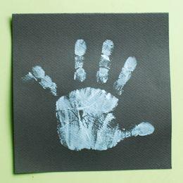 Les petits bonhommes de neige envahissent nos doigts ! Petite activité amusante pour les petits qui voient leurs jolis doigts tout décorés...