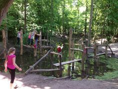 Lelystad - Het Belevenissen bos bestaat uit bijna 40 hectare bos, weide en water. Verspreid door het hele gebied liggen bijna honderd sportieve en avontuurlijke hindernissen, variërend van boomstammen over het water, klauternetten en talloze touwbruggen. Het water is geschikt om er in te spelen. De klim- en speeltoestellen zijn gemaakt voor kinderen van 6 tot 16 jaar.