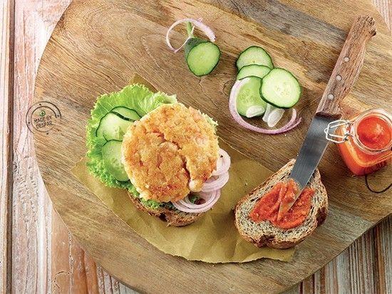 Burger di crostacei con lattuga, cetrioli, cipolla di Tropea e dressing al pomodoro   casadivita.despar.it