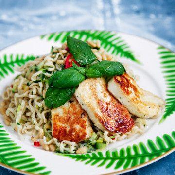 Myntadressade nudlar med zucchini och stekt halloumi - Recept - Tasteline.com
