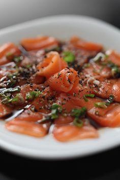 Comida japonesa para fazer em casa: carpaccio de salmão com molho de shoyu