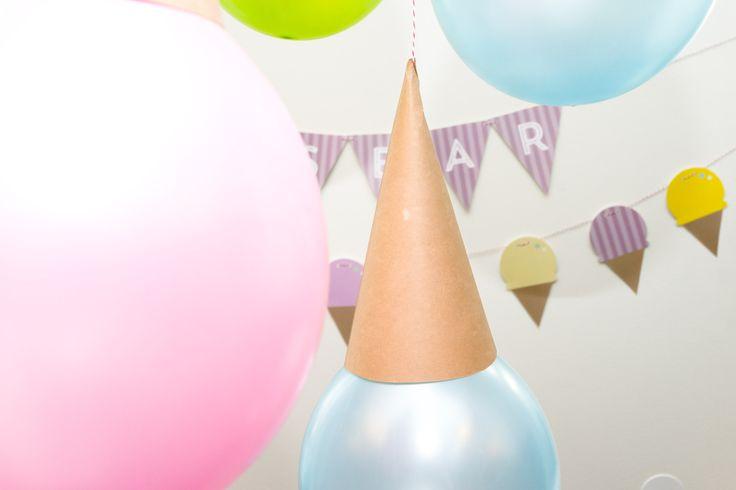 feste ballonger til taket med 'hatt' og snor