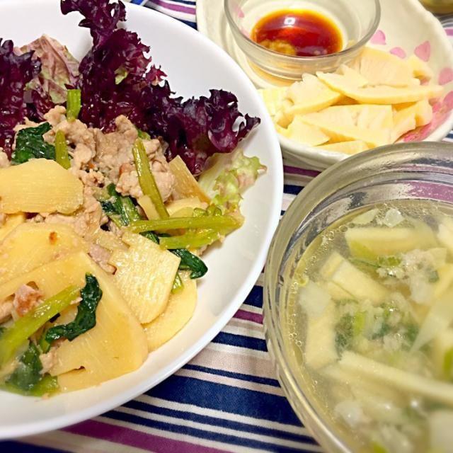 タケノコと豚肉と小松菜の和風炒め、タケノコとネギの中華スープ、タケノコの刺身。 母が下茹でして送ってくれたタケノコふんだんに食べる計画!  育ち盛りには、もう一品。昨日の残りの餃子も仕上げ焼きをし直して…あ、画面に入ってないや。 - 14件のもぐもぐ - タケノコ尽くし by jumin