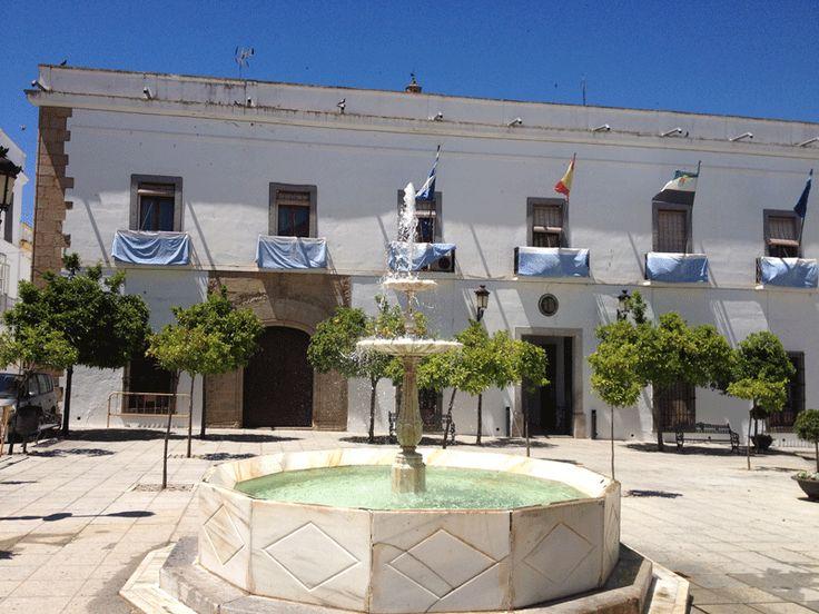 Ayuntamiento de Zafra, antiguo Palacio de los García de Toledo y Figueroa, (Duques de Feria). Fue sede de las Monjas Franciscanas Terciarias de la Cruz de Cristo,  por tanto su convento, depués llegó la desamortización y con ella se convirtió en Ayuntamiento. Se sitúa en la Plaza del Pilar Redondo.