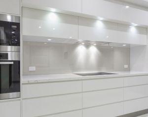 Glasrückwand Küche, feuchtraumgeeignet NATÜRLICH WEISS