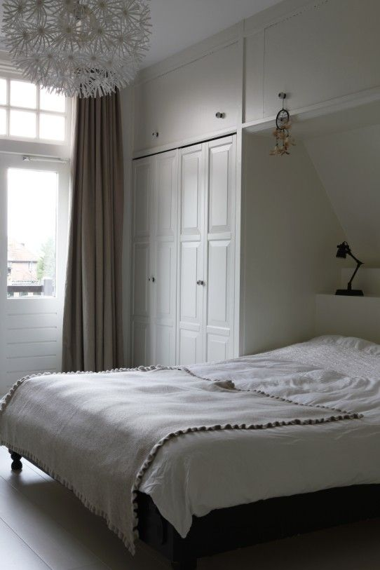 niet deze kastdeurtjes, maar idee van schuine zolder/kastenwand/bed is super!!!