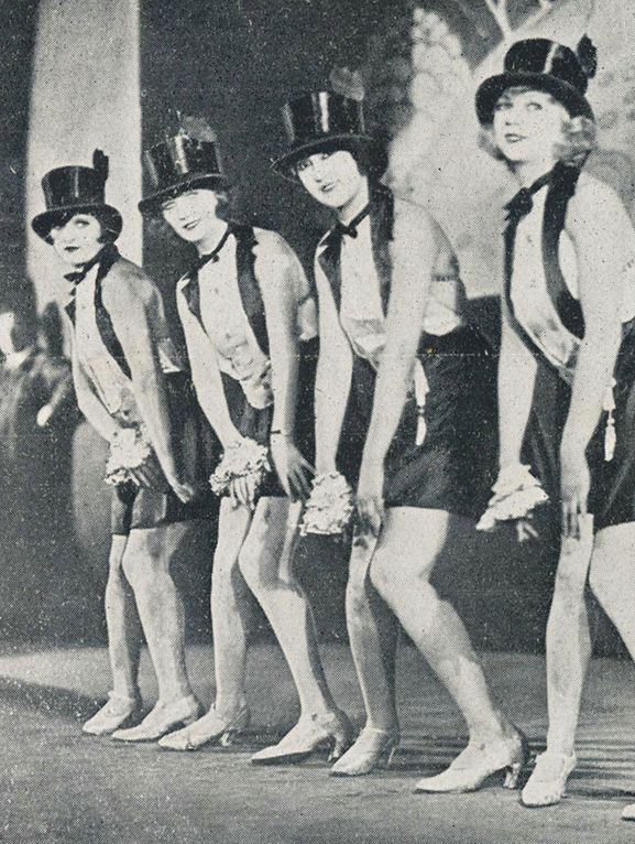 1927, ballerine di Charleston.  Dopo la guerra,  le donne erano più indipendenti, e si dedicarono al divertimento, come questo ballo.