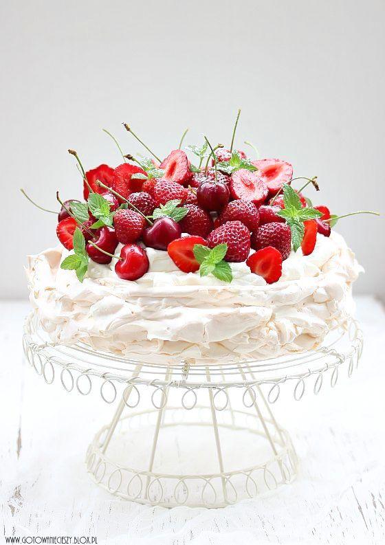 Pavlova aux fruits rouges : une belle meringue fondante et craquante sur le dessus + chantilly + fruits rouges (ou bananes, kiwi, fruits de la passion...). Recette ultra rapide, esthétique et semble t'il délicieuse...