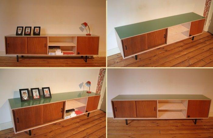 TV meubel / dressoir van 12 mm multiplex met daarbinnen jaren 50 elementen. Het blad is frisgroen en het kastje staat op zwarte, industriële pootjes.