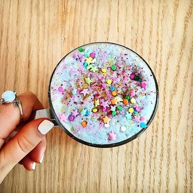 Découvrez le latte licorne, la boisson bien-être au lait de coco | Bio à la une