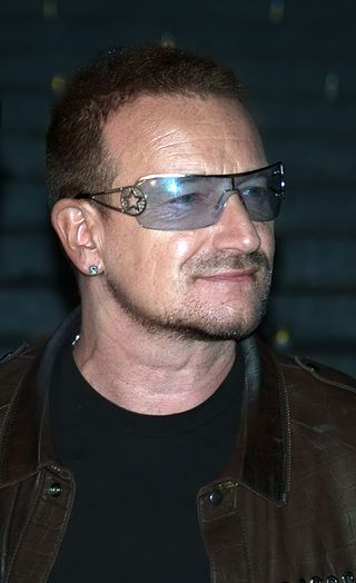Bono at the 2009 Tribeca Film Festival.jpg Бо́но (лат. Bono, настоящее имя Пол Дэ́вид Хью́сон, англ. Paul David Hewson, 10 мая 1960, Дублин, Ирландия) — ирландский рок-музыкант, вокалист рок-группы U2