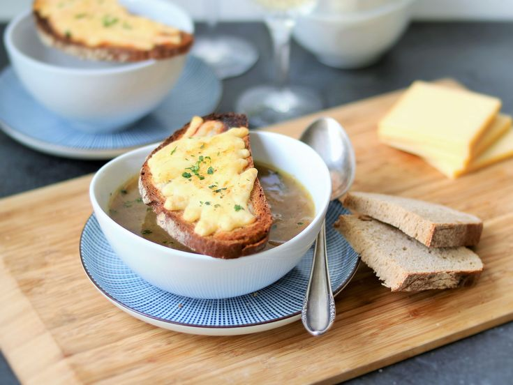 Die perfekte, vegetarische Suppe für kalte Wintertage - würzige Französische Zwiebelsuppe. Überbacken mit Brot und Raclettekäse.