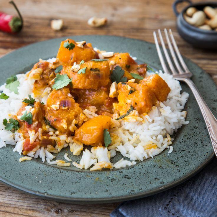 Der Clou an diesem Curry: Butternutkürbis macht das vegane Ragout gemeinsam mit exotischer Kokosmilch und einer Vielzahl anGewürzen besonders cremig.
