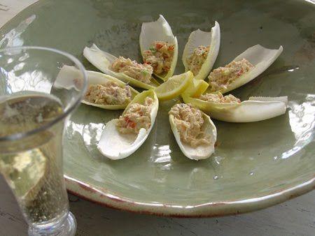 Temperarte: Barquinha de endívia com salada de ovo e camarão