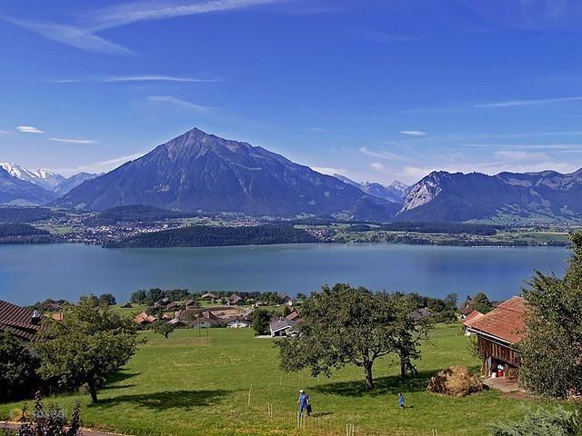 Тунское озеро – #Швейцария #Кантон_Берн (#CH_BE) Швейцарские Альпы - это не только красивейшие горы, но и живописные, богатые рыбой, изумрудные и отливающие лазурью озера. Thunersee в кантоне Берн - одно из таких. http://ru.esosedi.org/CH/BE/1000118818/tunskoe_ozero/