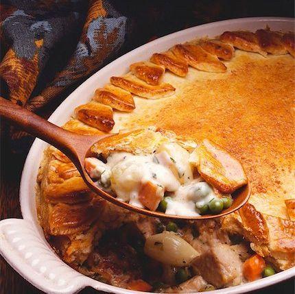 Dans la catégorie des plats réconfortants, le pâté au poulet arrive au premier rang. Le nôtre est composé de gros morceaux de poulet, de carottes, de poivrons et de brocoli.