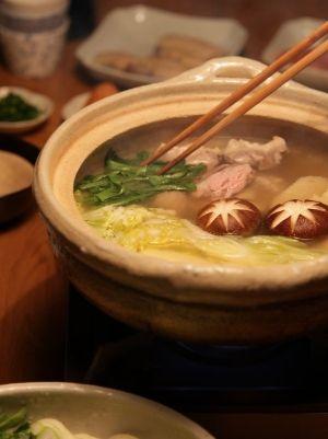 「水炊き」手羽先を1時間煮込んだスープで作る水炊きです。コラーゲンがたっぷりで、鶏肉がジューシーに。手羽先ほろほろ♪雑炊も最高!【楽天レシピ】