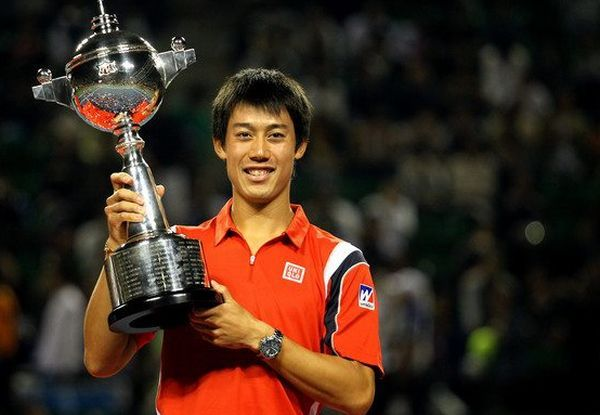 Kei Nishikori cu trofeul cucerit la Tokyo