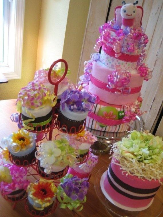 束にしたり積み上げたりせず、カップケーキ状におむつをまとめてカップケーキホルダーに飾りつけたダイパーケーキ♡カップケーキホルダーは再利用できるし目新しくていいかも!#ダイパーケーキ #ベビーシャワー #ベイビーシャワー