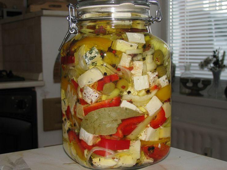 Sýry nakrájíme na kostky, papriky a cibuli na slabé proužky, česnek na plátky. Nyní budeme suroviny vrstvit do sklenice: sýr – posypme...