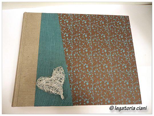 Album fotografico in carta lokta . Cuore in filo di ferro intrecciato.
