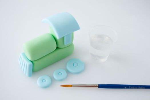 How to make a sugarpaste train...so simple. Make your little boys cake special.