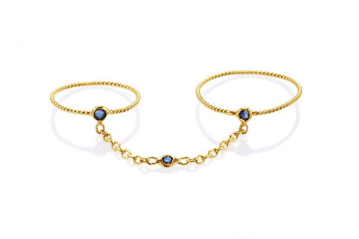 Composizione:doppio anello da prima e seconda falange realizzato con un filo di oro a 18 carati a sezione ritorta con tre piccoli punti luce in zaffiro