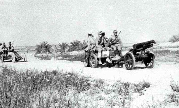"""Moto Guzzi TriAlce della divisione """"La Spezia"""" trainano i cannoni d'accompagnamento da 65/17."""
