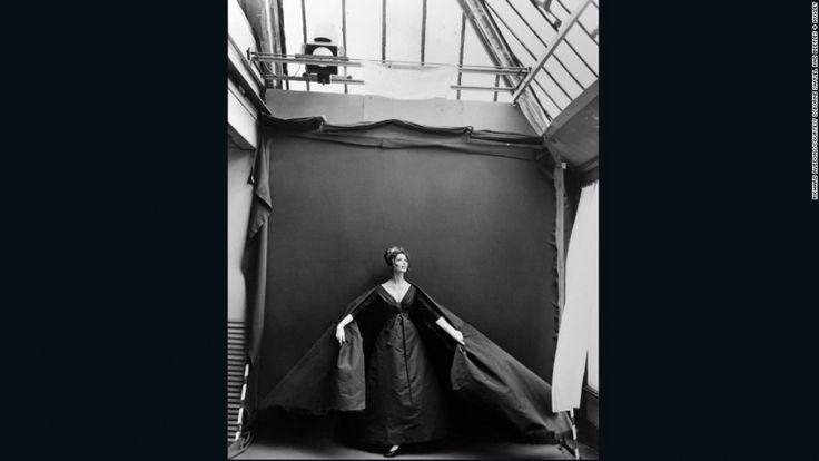«Сюзи Паркер. Вечернее платье от Dior. Парижская студия». Фотограф: Ричард Аведон. 1956 год. В 2010 году эта фотография ушла с молотка на аукционе Christie's почти за 36 тысяч долларов США.