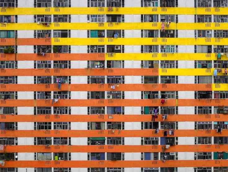 """Hong Kong è una delle metropoli più densamente popolate. Il fotografo tedesco Michael Wolf, dopo aver vissuto per anni in Cina, ha iniziato a lavorare nel 2002 al progetto """"The Architecture of Density"""", col quale ha voluto mettere in luce l'aspetto sociologico della vita cine"""
