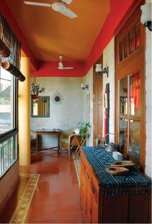 Индийские интерьеры наполнены яркими красками и орнаментами. Чаще всего в них можно встретить резное дерево (особенно невысокие резные столики и ширмы), полукруглые ниши, многочисленные фонарики и светильники, большое количество подушек. Кроме того, нередко используется схематическое изображение Тадж-Махала, когда в форме ниши, когда в форме полок или окошек, когда просто в качестве декоративных элементов.
