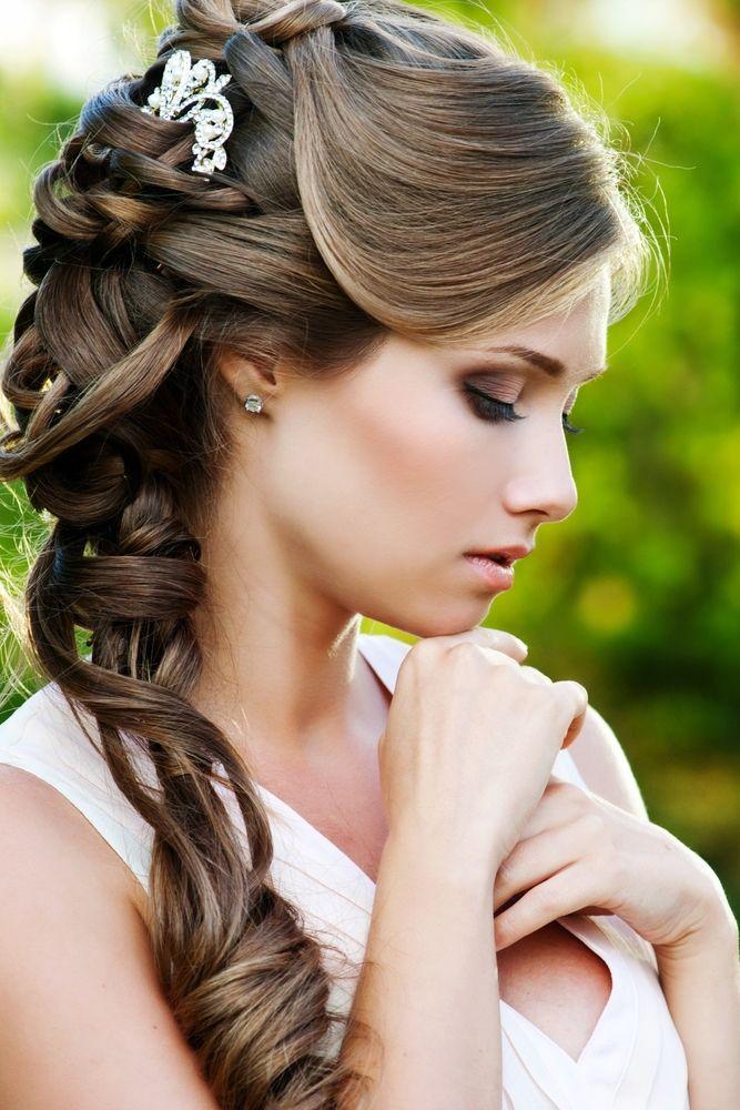 Prachtige bruid met half opgestoken pijpenkrullen. John Frieda® Luxurious Volume Hairspray All-Day Hold Hairspray