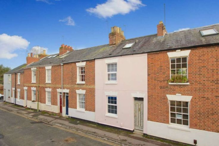 House in Oxford, United Kingdom. A Bohemian and Stylish 3 bedroom house in the very heart of Jericho and a moments walk from Oxford City Centre, and a 10 minute walk from the station.