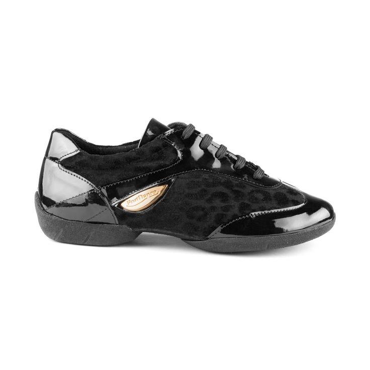 Interessant og lækker dansesneakers udført i sort læder med lak og sort leopard print på ruskind. Denne model hedder PD02 Fashion og er fra PortDance. Den kendetegnes ved sin imponerende fleksibilitet, gode fit og høje komfort. Findes hos Nordic Dance Shoes: http://www.nordicdanceshoes.dk/portdance-pd02-fashion-dansesneaker#utm_source=pin