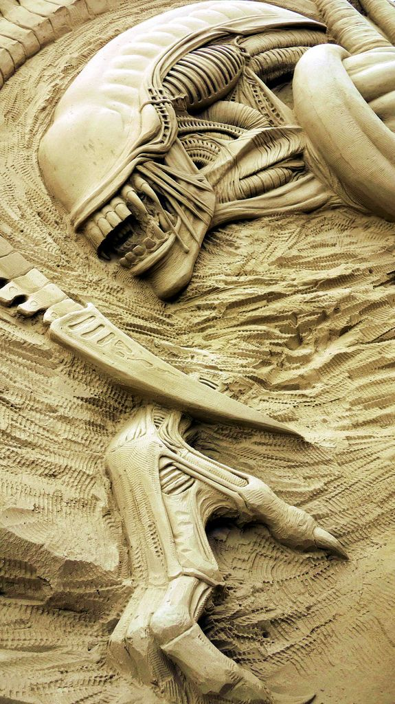 Aliens.... or Xenomorphs....  sand sculpture... seriously, some people have far too much time on their hands but omg