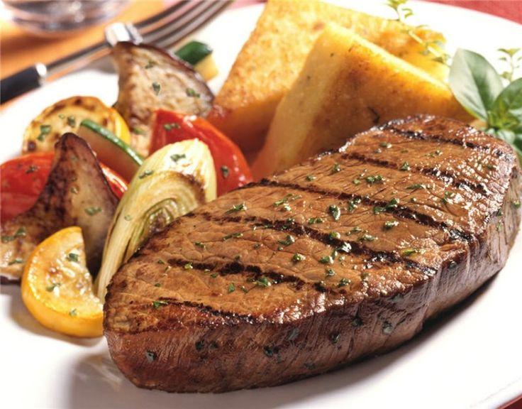 Стейк из свинины на гриле, в сливочном соусе.  Особенно вкусным стейк получается на гриле, так как мясо жарится непосредственно над раскалёнными углями. Лучше всего получается стейк из свинины, для этого идеально подойдёт свиная шея, главное, что бы мясо было свежее и не было замороженным. Источник: http://www.saga.ru/barbekyu