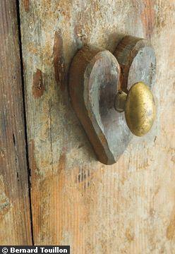 heart pullsThe Doors, Doors Handles, Heart Doors, Little Gardens, Heart Doorknobs, Door Knobs, Front Doors, Old Doors Knobs, Country Rustic