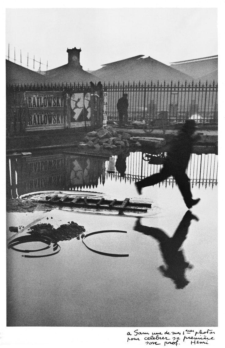 """""""A Sam"""". Così la mano di Henri Cartier-Bresson firma e spedisce per trent'anni le sue fotografie a Sam Sfazran, custode, fino alla morte dell'autore, dei primi passi del reportage contemporaneo, o le sue duecento stampe in bianco e nero. Dal 20 marzo il neo-restaurato palazzo Gromo Losa di Biella invita a esplorare il mondo attraverso gli occhi e il cuore del fotografo francese, la cui Leica gioca con precisione a immortalare l'effimero -vivo, a volte mosso o sfocato, ancora in movimento…"""