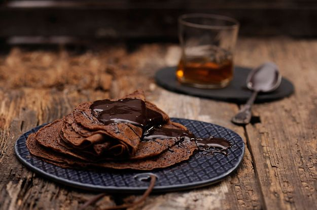 Naleśniki czekoladowe z syropem klonowym