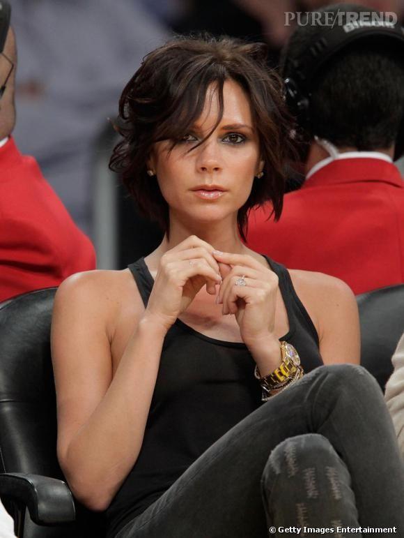 Alors que Victoria Beckham n'avait pas opéré de changement capillaire depuis longtemps, il y a quelques semaines, elle a surpris ses fans, affichant un carré négligé et légèrement ondulé. Une coupe qui colle parfaitement à son look casual en jean et marcel noir. Lubie passagère, ou nouvelle coupe ? A suivre...