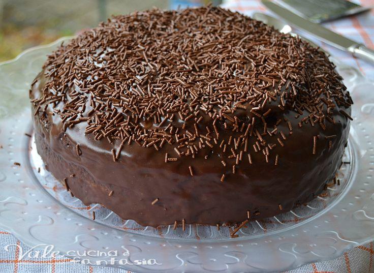 Torta al cioccolato e ricotta glassata, golosa, sostanziosa, ricca di gusto con una crema di ricotta come farcitura ed arricchita da cacao e cioccolato