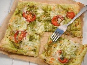 Lijkt me heerlijk! Tijd: 20 min. + 20 min. in de oven Recept voor 1 plaattaart Benodigdheden: 4 plakjes bladerdeeg (ontdooid) 1 bolletje mozzarella 2 eetlepels pesto 6 plakjes tomaat 1 theelepel basilicum halve rode ui