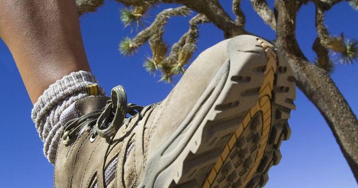 Cómo ablandar botas rápidamente. Pocas cosas son más dolorosas para los pies que las botas de cuero que son muy apretadas o que no han sido ablandadas. Los pies se expanden cuando soportan peso. La hinchazón durante el transcurso del día puede agrandar a tus pies, pero el cuero suele apretarlos. Cuando las botas son nuevas, esto a menudo termina en ampollas y dolor. Incluso ...