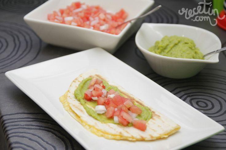 Deliciosas y crujientes quesadillas acompañadas con pico de gallo y guacamole. Ideal para picotear entre amigos o cenar en familia.
