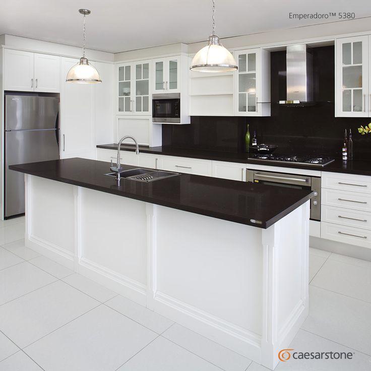 Con un contenido de 93% de cuarzo natural, las superficies Caesarstone combinan funcionalidad con un diseño sensacional. Esta cocina diseñada con la encimera Emperadoro hace un perfecto contraste con el blanco de la cocina.