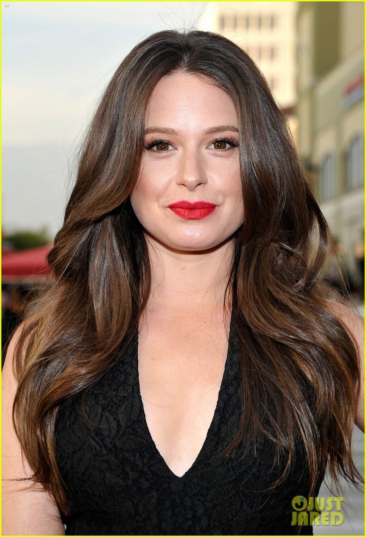 Katie lowes long wavy casual hairstyle thehairstyler com - Katie Lowes Perfect Hair