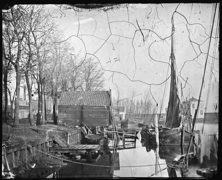Zandhoek, Amsterdam 1862. Het gebouw op de achtergrond staat op het voormalig bolwerk Blauwhoofd. Daar achter begint de Westerdokdijk. Foto: Jacob Olie