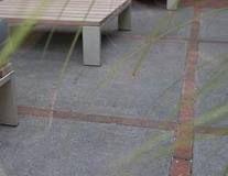 Idee voor goedkope oplossing met onze oude grindtegels, alleen dan in combinatie met antraciet kleurige steen?